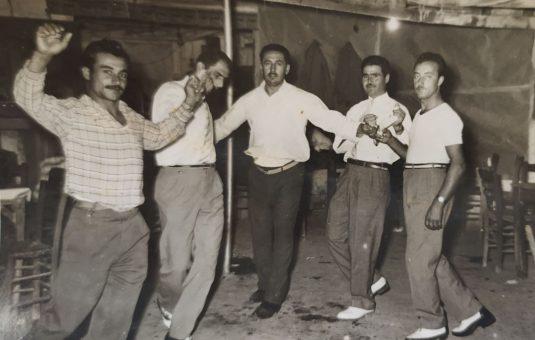 Γλέντι σε ταβέρνα στα Μέγαρα. Πρώτος στον χορό ο Κώστας Παπαπαύλος